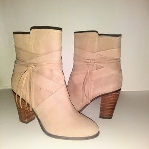 VINCE CAMUTO ANKLE BOOTS.SIZE 7 COLOR BEIGE